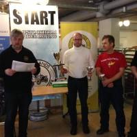 Krister Falander delar ut priser till Jörgen Åström (1.), Nils Ove Berholdsson (3.) och  Kenneth Nilsson (2.)